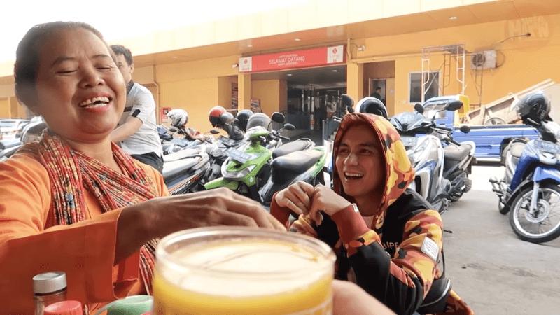 Baim Wong dan Hobby Makan Borong Jamu Gendong