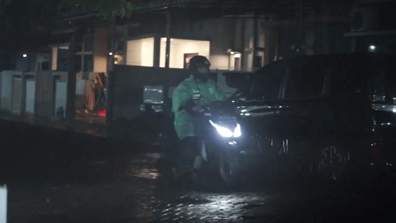Abang Ojol ini Rela Berjuang Hujan-hujanan Demi Biaya Perbaiki Sepeda Motor Rusak