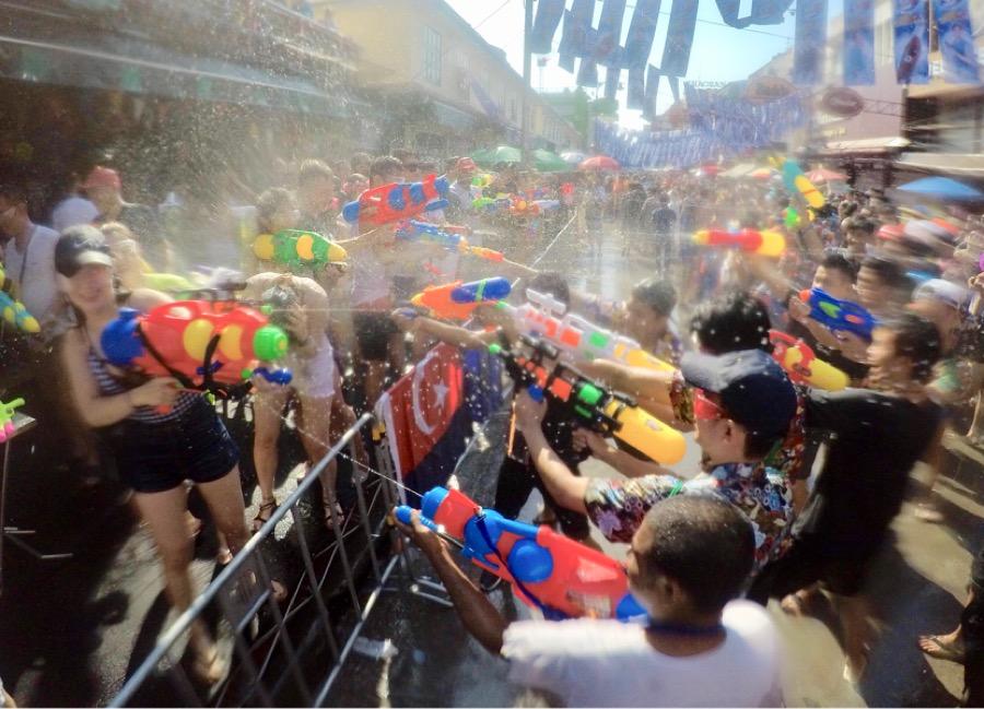 Serunya Perang Air di Perayaan Songkran, Thailand