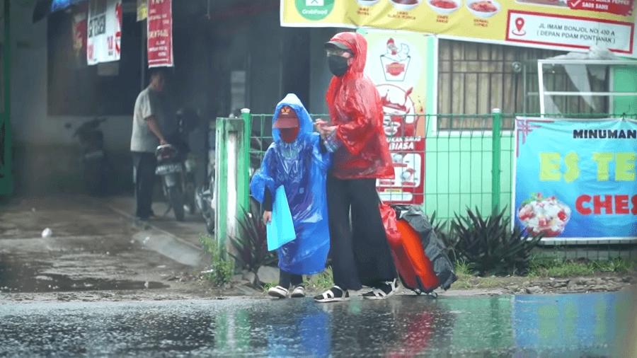 Jualan Roti Keliling Bawa Anaknya, Ibu ini Dicegat Bang Evan saat Hujan Deras