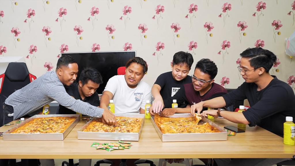 Evan Makan Pizza Terbesar