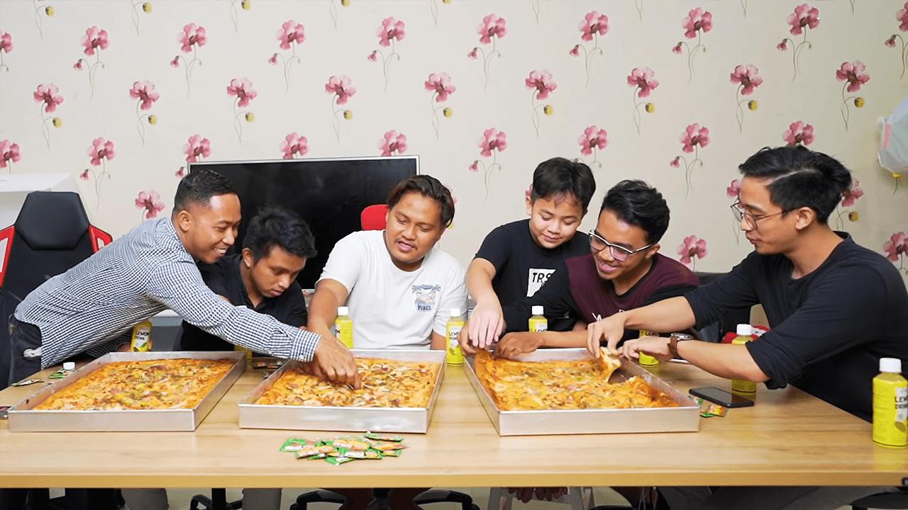 Gagal Mukbang, Bang Evan Tantang Makan Pizza Terbesar