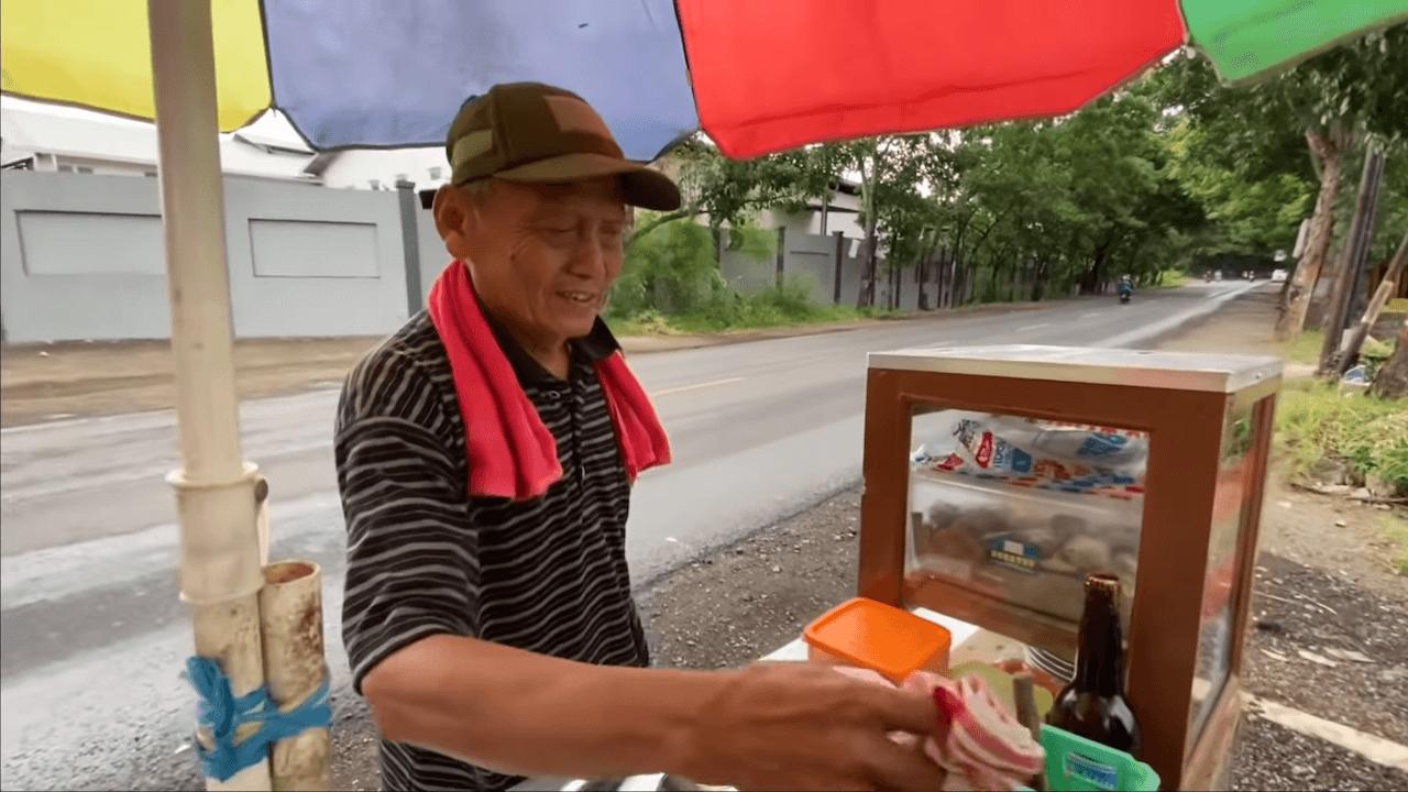 Bapak 69 Tahun Jual Siomay Keliling, Hobby Makan Borong Satu Gerobak