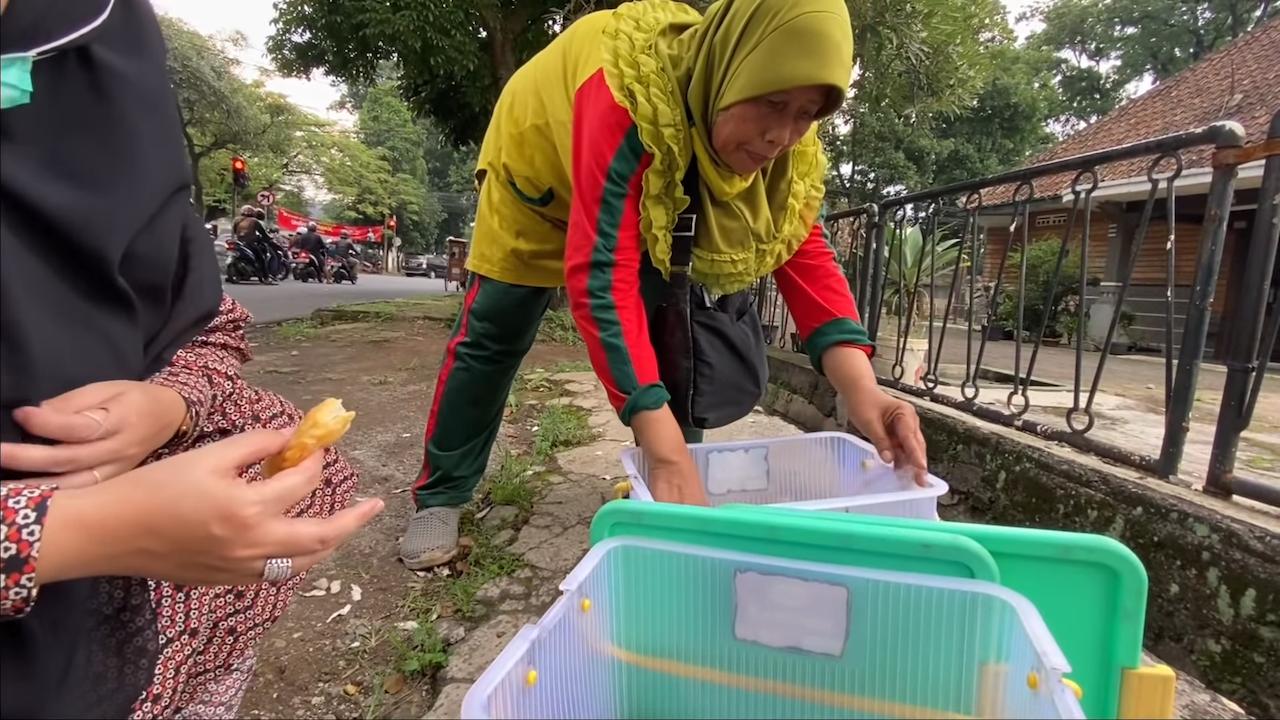 Ibu Ini Berdagang Jalan Kaki, Demi Rp30 Ribu Per Hari