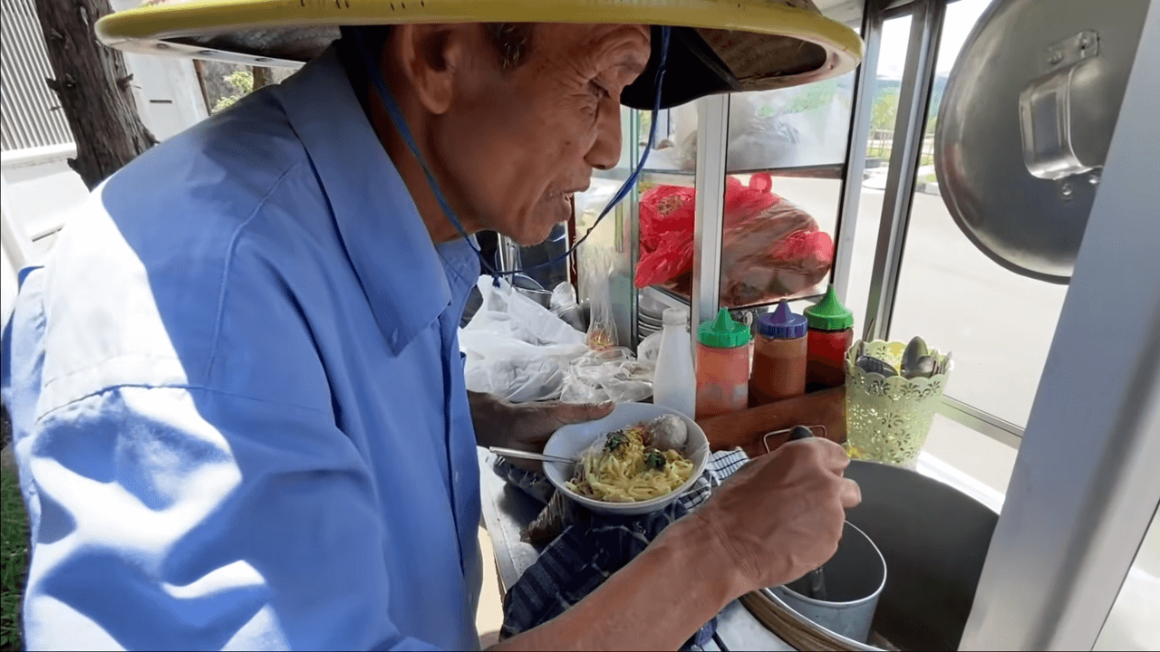 Pak Edi Puluhan Tahun Jual Bakso Keliling, Merasa Cukup Dapat Rp50 Ribu Per Hari