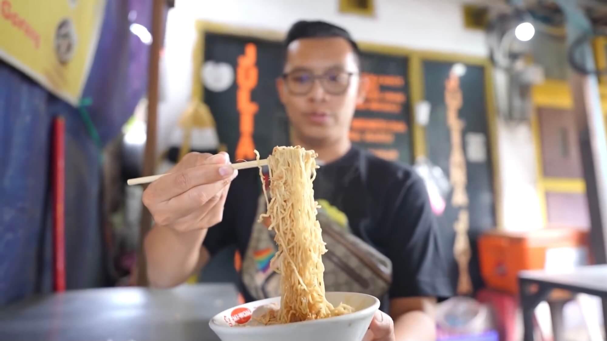 Mie Ayam Rp15 Ribu, Pembeli Rela Makan di Mobil!