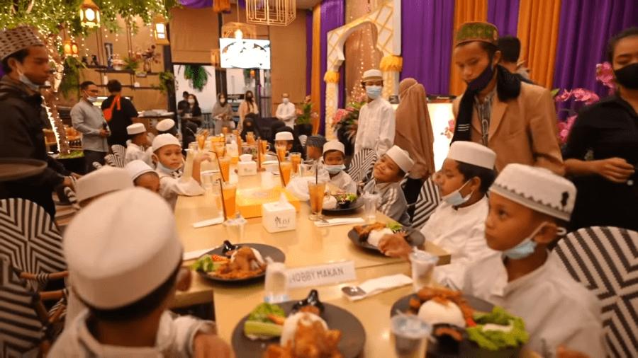 Keseruan Anak-anak Ponpes Main di Mall dan Makan di Restoran!