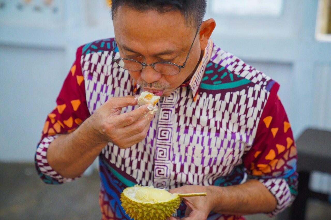 Wali Kota Pontianak Nikmati Durian Jemongko di Jalan Cendrawasih!